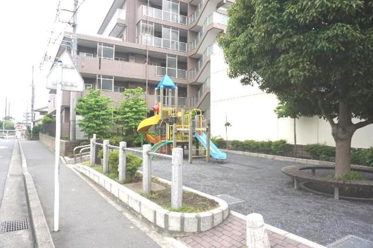 前面道路は歩道があり、小さなお子様がいらっしゃるご家族にも心強い立地です。