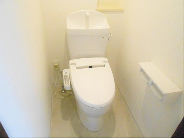 白いシンプルなデザインのトイレです。