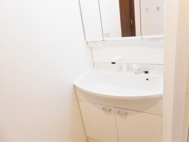 三面鏡を備えた洗面台です。