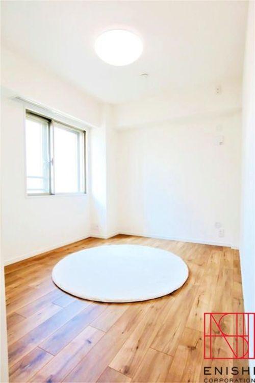 5.7帖の洋室の様子。とても明るいお部屋です。