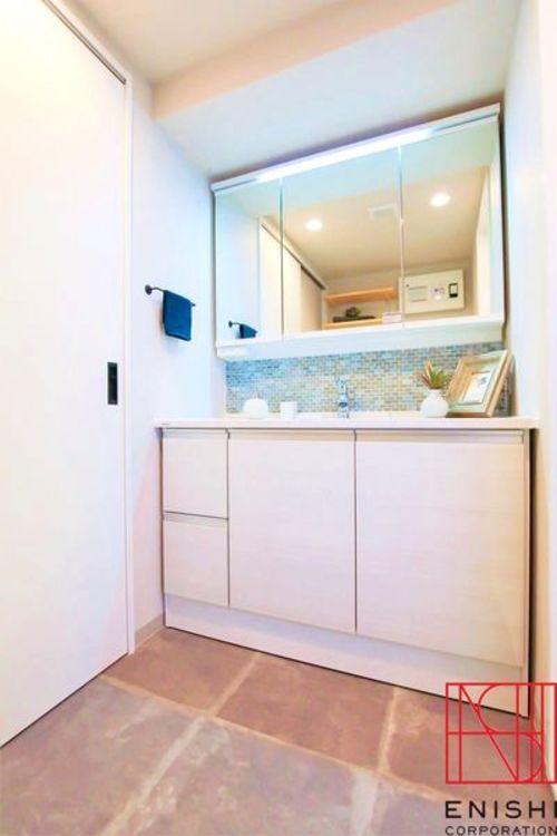 洗面はW1200と、幅の広い化粧台を採用しましたので広々と使用する事ができます。また、防水パンを洗面へ移動しましたので、使い勝手は格段にアップしたと思います。