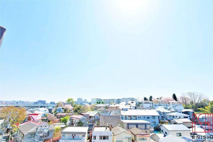 バルコニーからの眺望。南向き6階角住戸につき眺望良好です。
