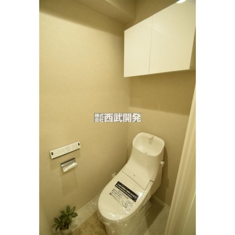 トイレの壁に収納棚を設置しました。トイレはもちろんシャワートイレを採用!