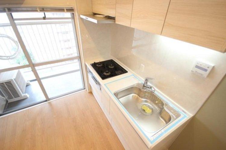 スッキリとした印象ですが、収納が多く備わっている使い易いキッチンです。