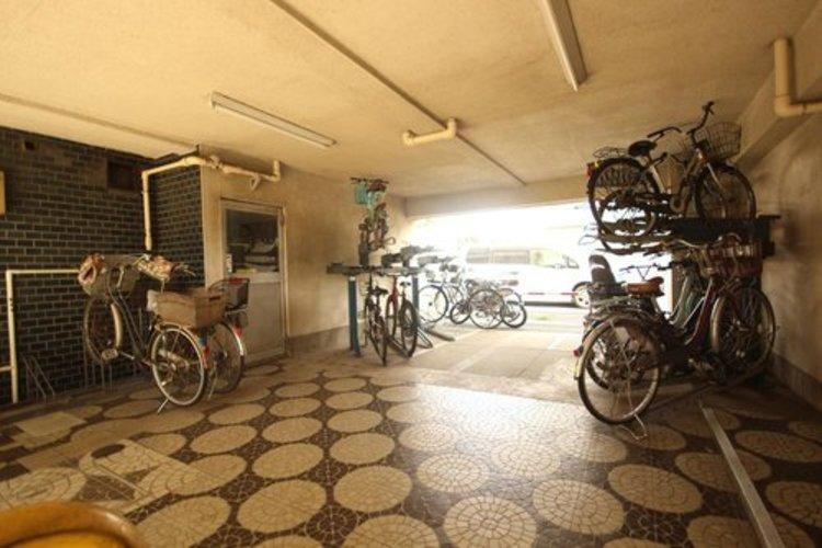 駐輪場は室内ですので、悪天候でも安心です。