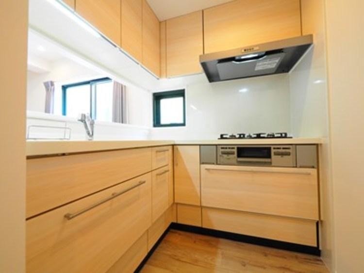 キッチンでの動線が短いL字型。作業スペースが広く、収納も豊富です。
