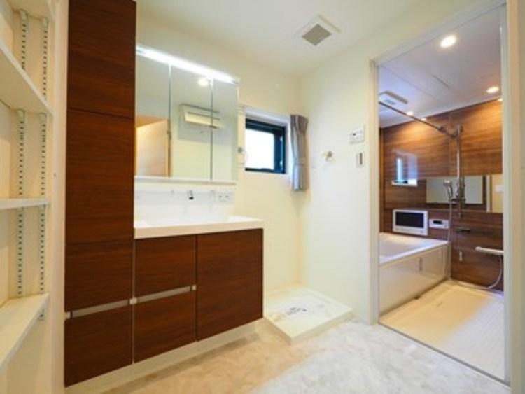 洗面所にも収納スペース。タオルや着替えなどとても重宝します。