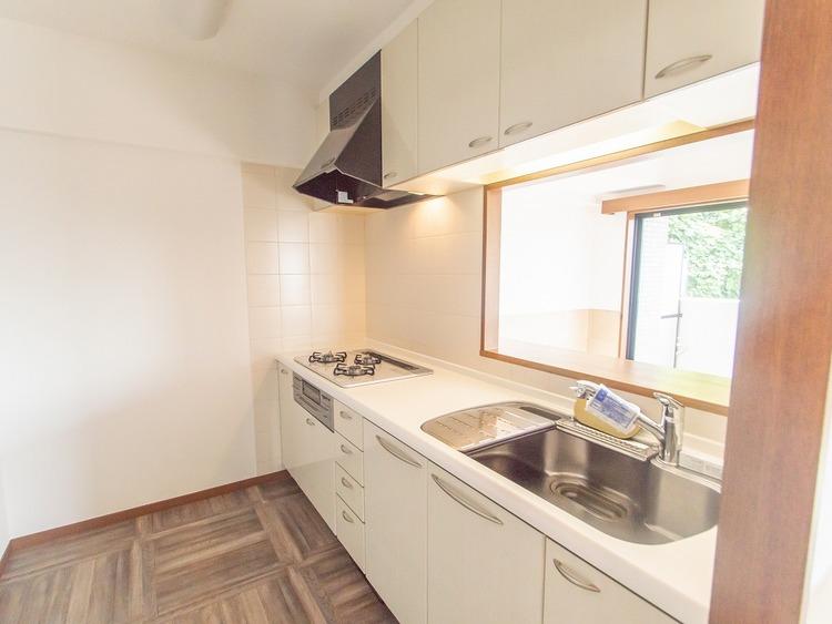 カップボードや冷蔵庫を置いても充分なスペースがあるキッチン空間。3口ガスコンロに広々とした調理スペースは、毎日のお料理に力が入りそうです。