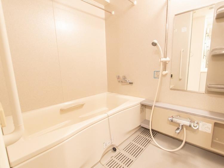毎日の疲れを癒すバスルーム。お休みの日に半身浴を楽しむ充分なスペースがあります。