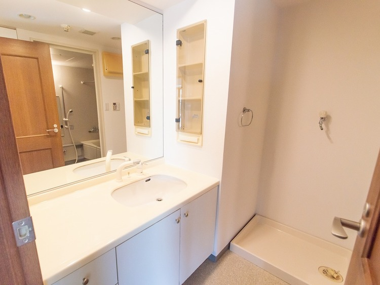 大きな鏡でたくさん収納が付いた洗面所。おしゃれが好きな方にはうれしい設備ですね。