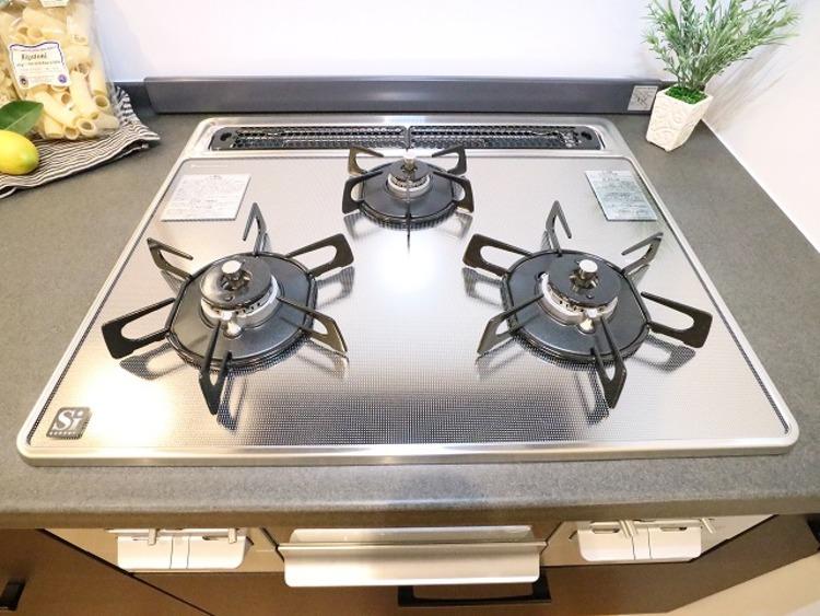 3口コンロで、お料理の効率もアップ。使い勝手の良さを考えました。受け皿のないフラット天板で、お手入れもラクラク。