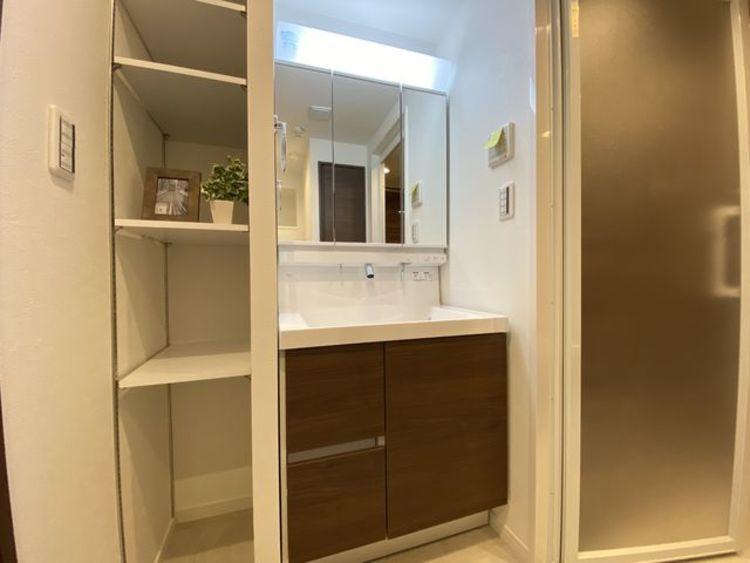たっぷりの収納を設けた清潔感溢れるスタイリッシュなデザインの洗面化粧台。