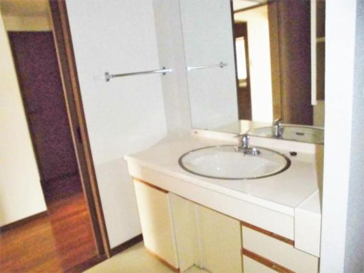 ●ワイドなつくりの洗面スペースで朝の身支度もスムーズに!