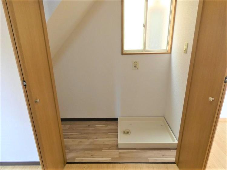 階段下を利用した洗濯機置き場です。