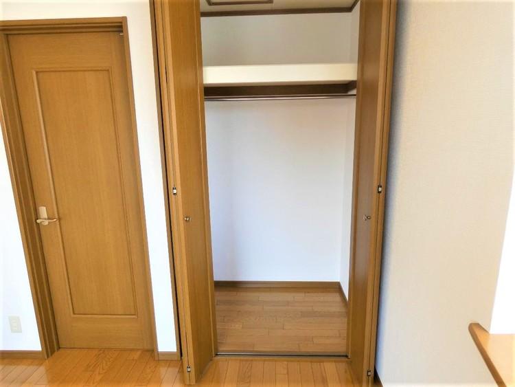 上部に棚がございますので、収納スペースを有効にご利用頂けます。