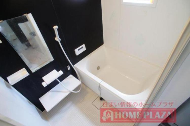 落ち着いた色合いの浴室で、一日の疲れを洗い流せます!