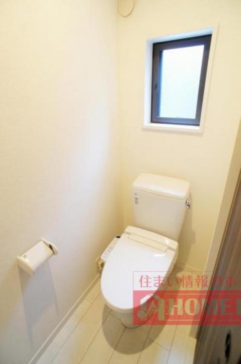 トイレは2か所に設置されていて便利!また、窓があるのでいつでも新しい空気を取り入れられます。