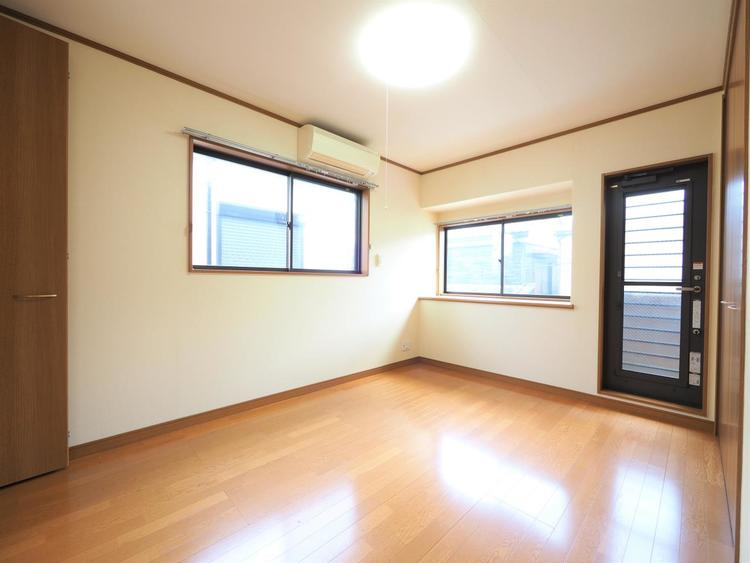 2面からの採光で明るいお部屋に仕上がりました。電気照明にはない優しさとぬくもりはかけがえのない財産です。