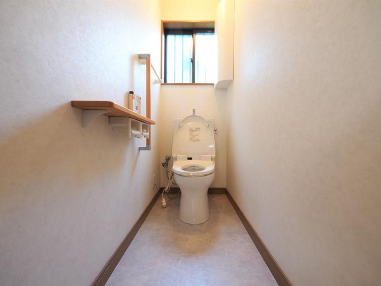 光が入る小窓付き。換気も出来、毎日綺麗な空間でありますよう、シンプルな白色のトイレです。