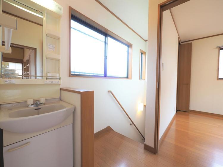 2階にも洗面台を設置しております。朝の身支度もスムーズにできそうですね。