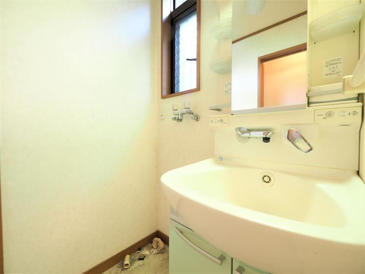 機能的でありながらシンプルなスタイルの洗面化粧台。お手入れも簡単です。
