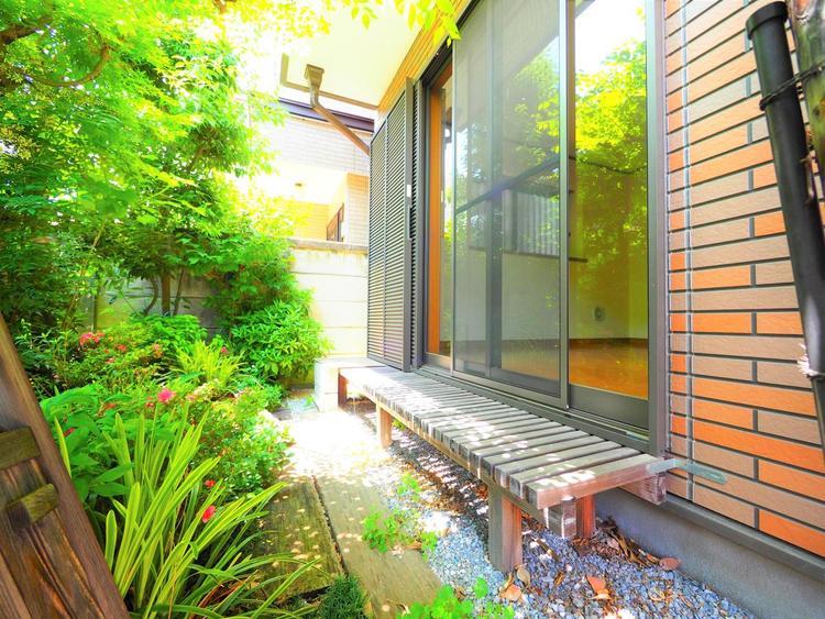 リビングの窓先に『緑』を感じる生活。日常に潤いを与える植栽や花壇を創り上げていくのもまた、マイホームの楽しみのひとつ。