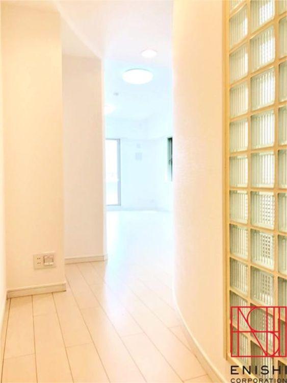 ガラスブロックがデザインポイントとなっている、とても明るいお住まいです。