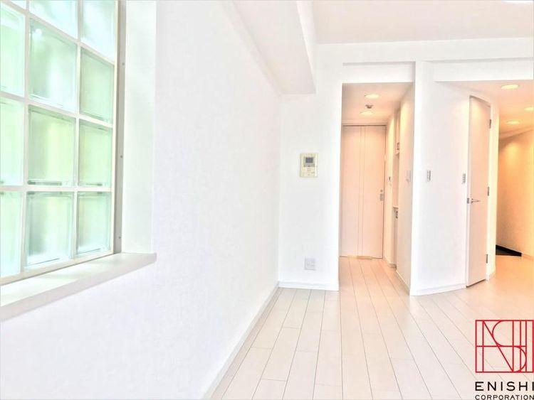 約12.8帖の洋室の様子。玄関に向かってかかるカーブがお部屋を広く感じさせます。
