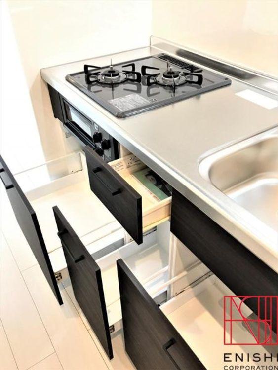 キッチン収納の様子。コンパクトながら収納スペースはしっかり確保しています。