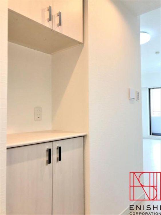 キッチン後ろの収納スペースの様子。飾り棚付きでインテリアを楽しむこともできます。