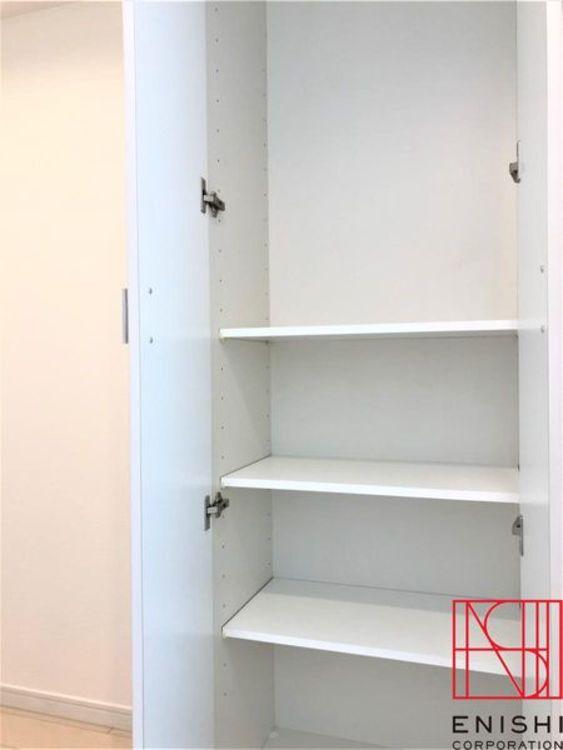 廊下に設えられた収納スペース。奥行もしっかり確保されています。