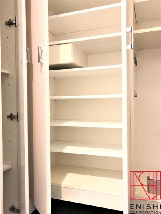 玄関脇に設えられた収納スペース。お気に入りの靴などがたくさん入れられます。