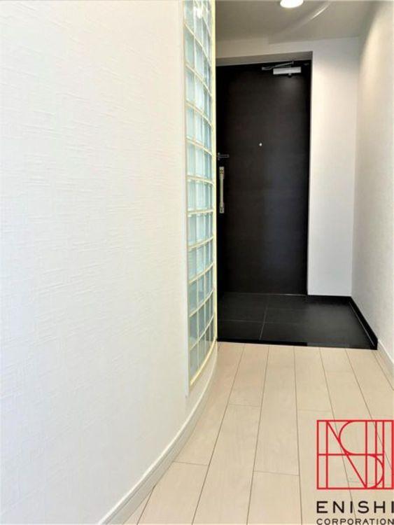 リビングから玄関へ向かう廊下の様子。