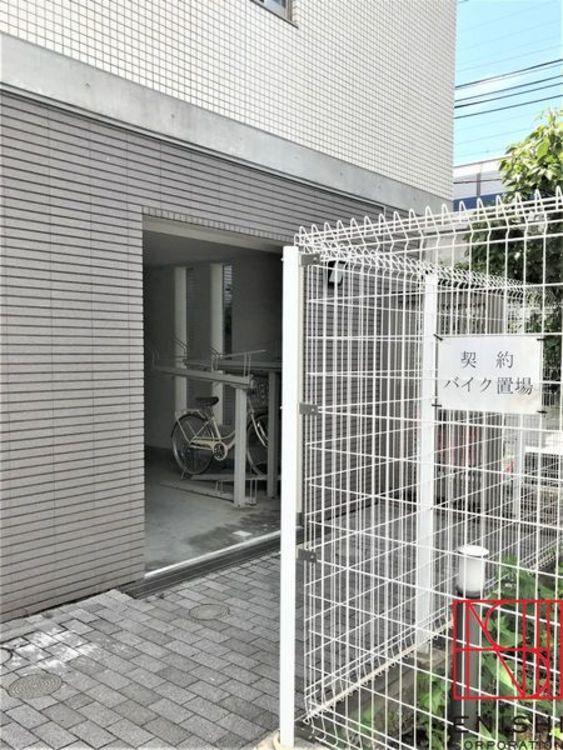 マンション内に設置された駐輪場およびバイク置場。盗難の心配がなく安心です。