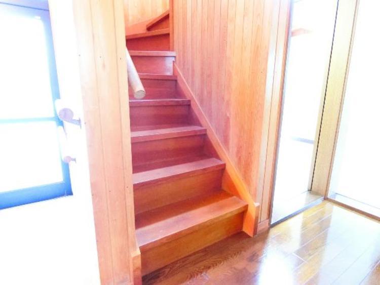 階段には手摺りが付いております。