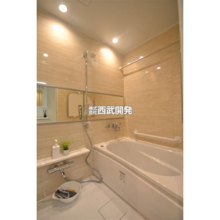 換気乾燥機付きの浴室は雨の日でも洗濯物が干せる優れもの。