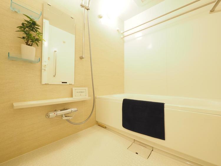 温かさを保つFRP浴槽やお風呂の床がヒヤッとしない等、機能的で清潔感溢れる浴室。