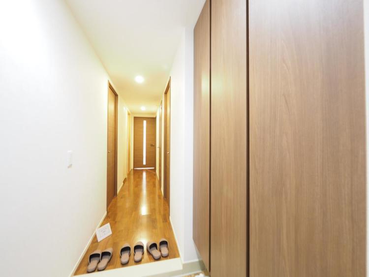 明るくコントラストのある、開放感と清潔感を兼ね備えた玄関。設計士のキメ細やかさがこの邸の魅力の一つ。