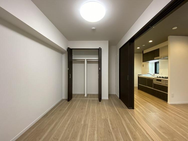 リビングに隣接した洋室は、クローゼットも広く洋服や小物をたくさん収納できるのでお部屋をすっきりさせることができます。