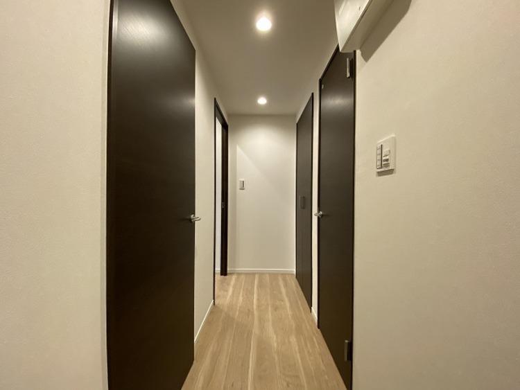 玄関を開けると、明るい日が差し込むリビングへと誘う廊下。