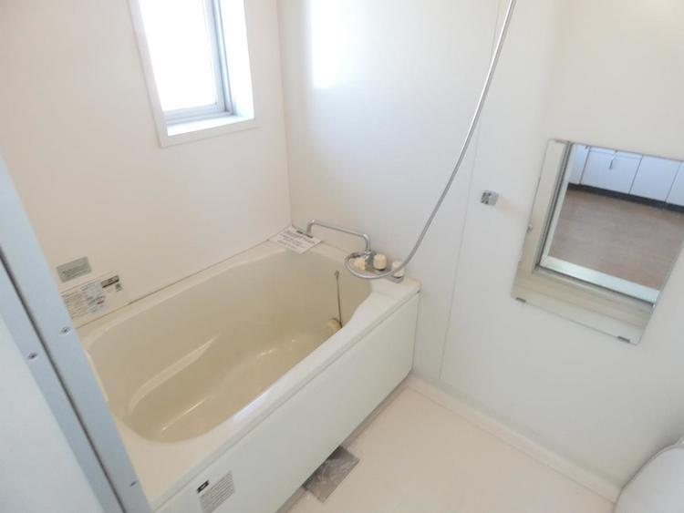 浴室は窓が付いているので明るい印象です。