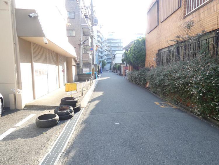 前面道路は車通りも少なく落ち着いた住宅街です。