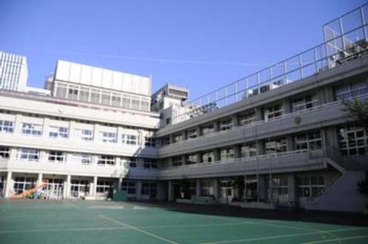 中央区立京橋築地小学校まで700m。平成4年4月1日、110年以上の歴史をもつ京橋小学校と築地小学校が統合されて開校した学校で、今年で28周年を迎えます。