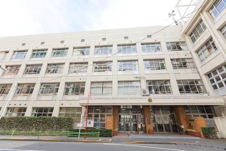 中央区立銀座中学校まで1100m。本校は、昭和59年4月に中央区立第一中学校と第二中学校の統合により開校しました。