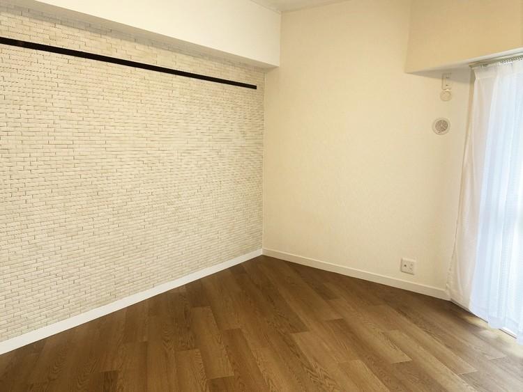 アクセントクロスが特徴的な洋室。ラグジュアリーな雰囲気があります。