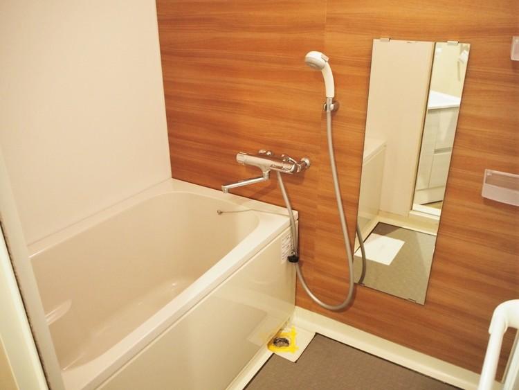 ウッド調の模様がリラックス効果を高めてくれるお風呂。