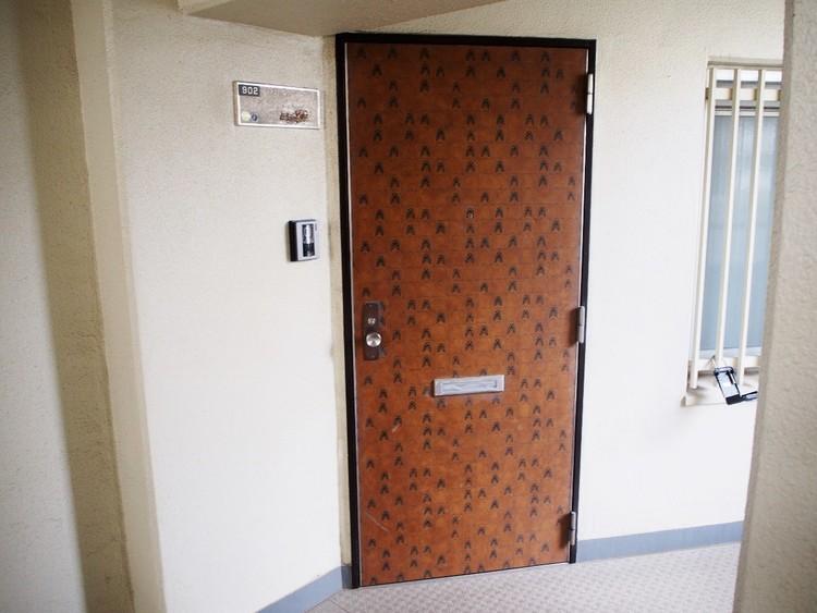 シンプルな外観にアクセントを加える玄関ドア。