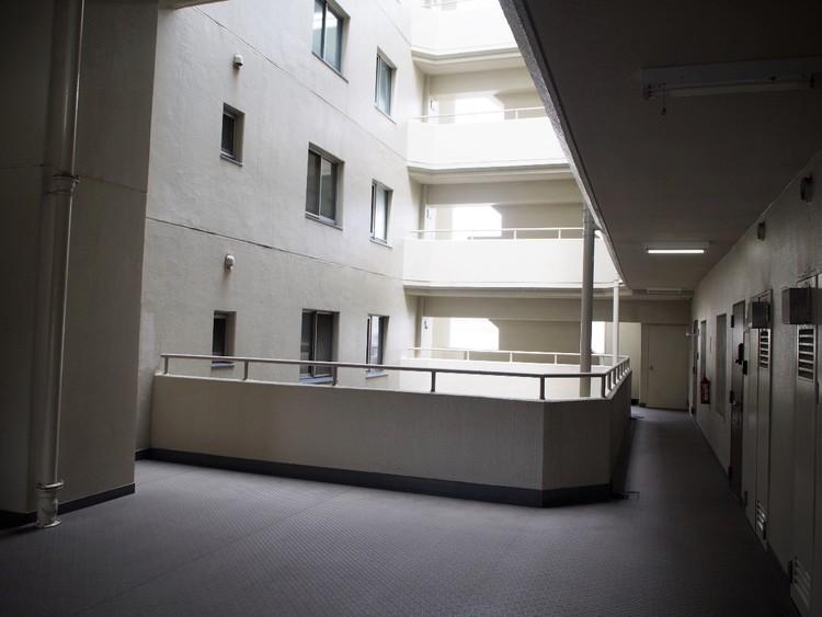 明るい光が差し込む共用廊下。