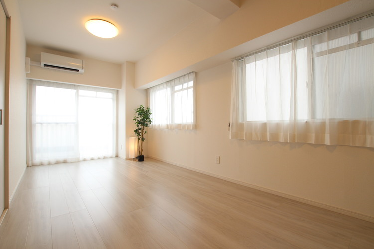 照明器具やエアコン、レースカーテンが標準装備されており、初期費用を抑えられます