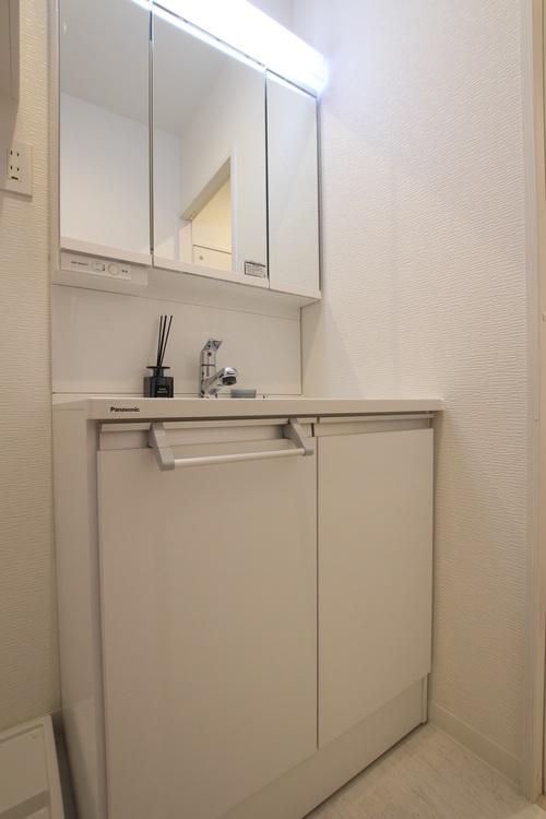 洗面台の鏡面裏には収納があり、洗面周りの物をスッキリ収納できます